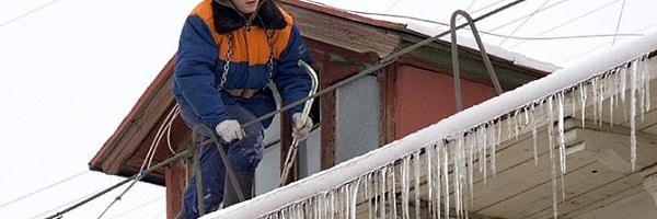 Очищення дахів від снігу й бурульок в Тернополі